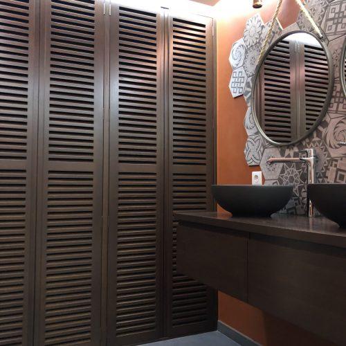 Meuble support de vasque et façade de placard en Chêne teinté noyer en atelier