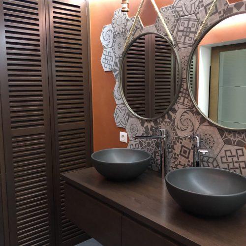 Meuble support de vasque et façade de placard en Chêne teinté noyer en atelier2